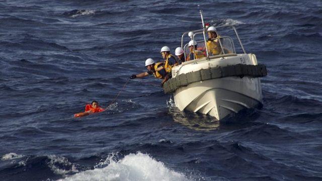 海上保安庁に救助される中国漁船の乗組員(11日)
