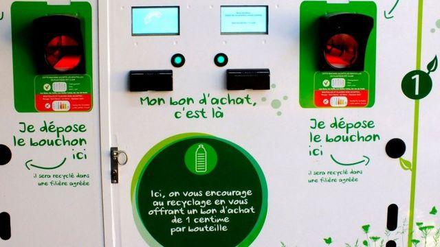 Reciclador automático de botellas de plástico en un supermercado que te da un cupón de 1 centavo de euro por cada botella que recicles.