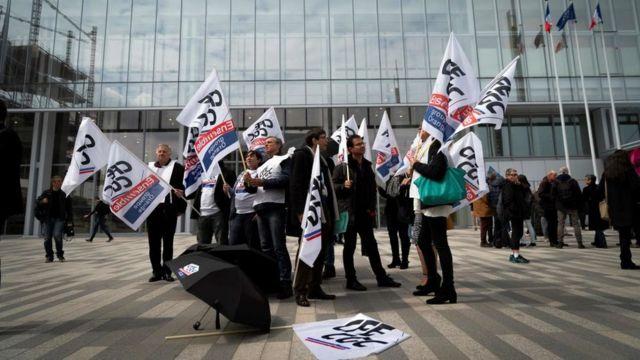 Sindicalistas fazem protesto em frente ao tribunal que julga o caso da France Télécom