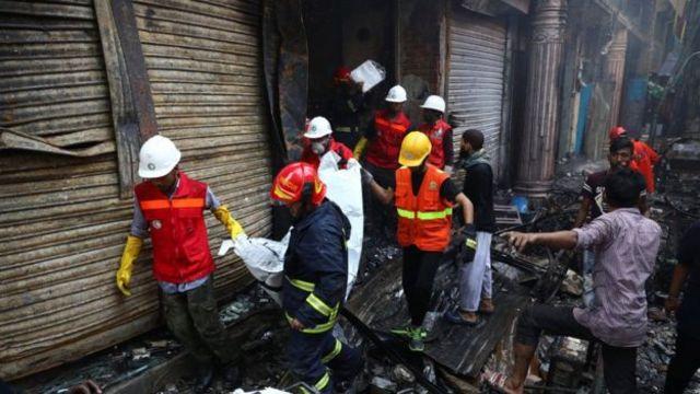 ပရဟိတ ကူညီကယ်ဆယ်ရေးသမားတွေက မီးလောင်မှု အတွင်း သေဆုံးခဲ့ရသူတွေကို ရှာဖွေနေကြ