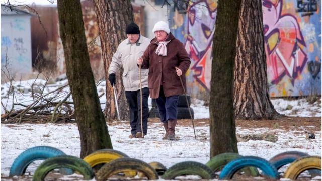 Можливість подорожувати навряд чи є пріоритетом для більшості українських пенсіонерів, але у березні їм трохи підвищать пенсії.