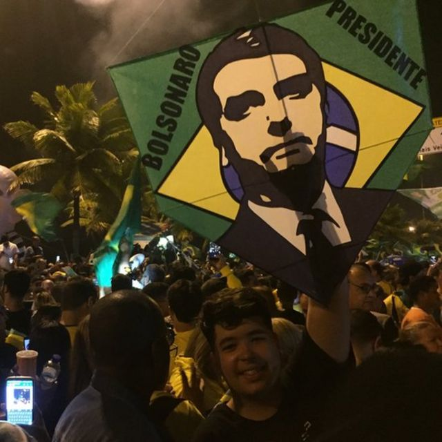 Manifestante comemora vitória de Bolsonaro no Rio de Janeiro