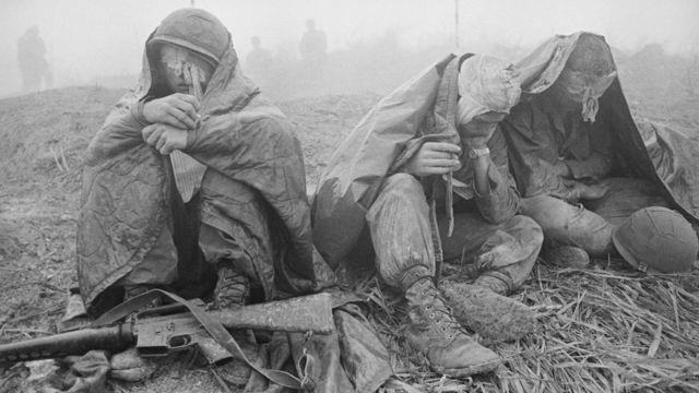 1968年4月,越南战场上3名受伤美军士兵在等待