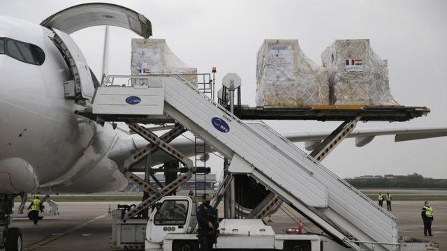 一批法国援助印度物资在巴黎夏尔·戴高乐机场装机付运。(photo:BBC)