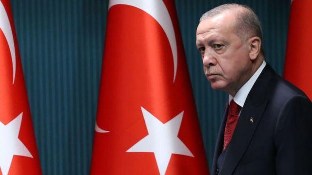 Erdogan oo dadkiisa ugu baaqay inay qaadacaan badeecadaha Faransiiska