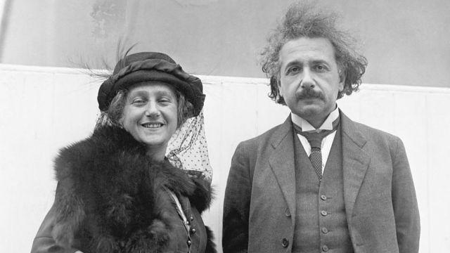 Albert Einstein con su esposa Elsa.