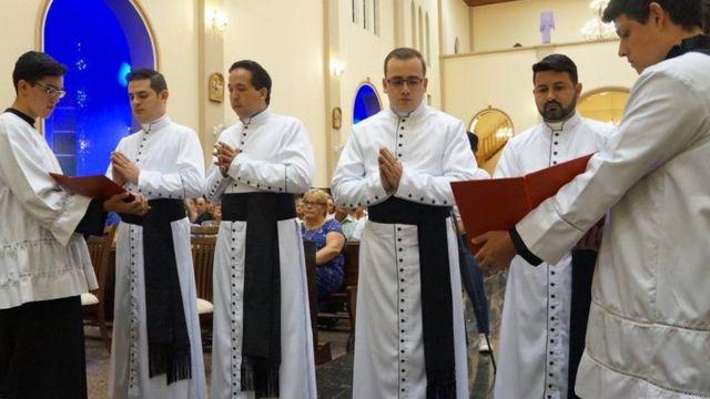 Jovens seminaristas teatianos (ordem dos clérigos regulares) fazem a profissão solene (ou seja, proclamam publicamente os votos)