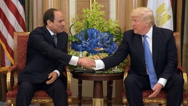 El presidente de Egipto Abdul Fattah al Sisi y el presidente de EE.UU. .Donald Trump estrechan la mano
