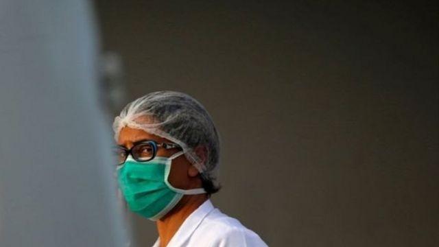Profissional de saúde com máscara