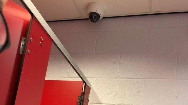"""학교는 카메라가 변기, 소변기와 같은 """"민감한 부분""""을 비추지 않는다고 해명했다."""