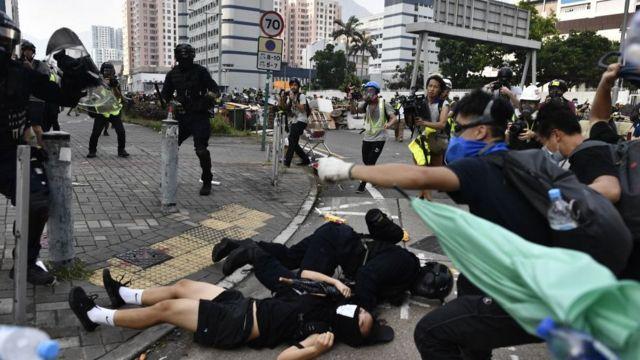 Протестующие в респираторах