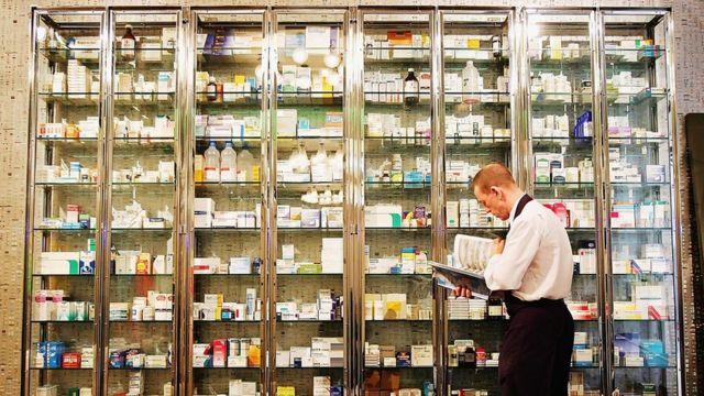 在药房拍卖中,赫斯特的《脆弱的真相》药柜以123.76万英镑售出 | Getty Images