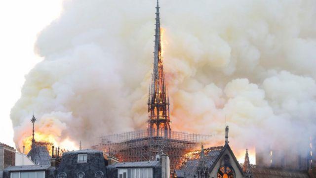 La torre en forma de aguja de Notre Dame envuelta en llamas