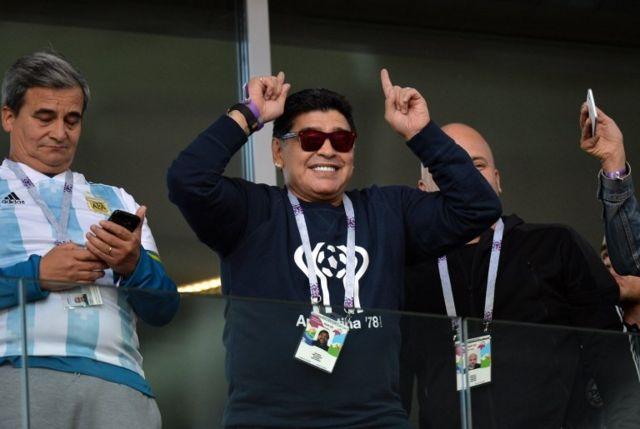 Alguien que no se podía perder el debut de su país, Diego Armando Maradona.