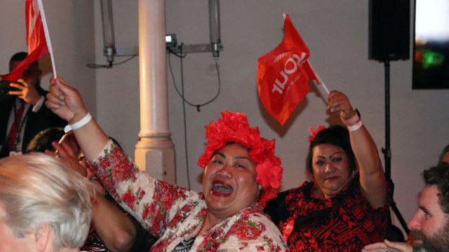 Seguidores del partido laborista celebran la victoria.