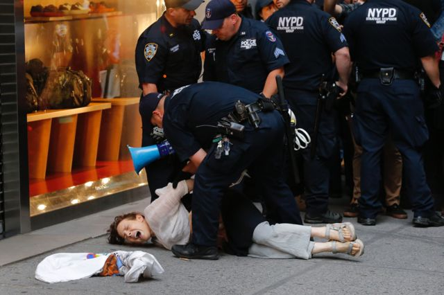 the National Center for Women and Policing พบว่าโดยเฉลี่ยจะมีการร้องเรียนเจ้าหน้าที่ชายมากกว่าเจ้าหน้าที่หญิงมากกว่า 8.5 เท่า