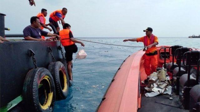 Спасатели достают из моря вещи, которые могли принадлежать пассажирам