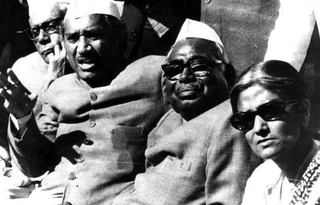 இந்திராவின் அரசிலிருந்து வெளியேறிய பிறகு பத்திரிகையாளர் கூட்டத்தில் ஜக்ஜீவன் ராம் (பிப்ரவரி 16, 1977 புகைப்படம்).
