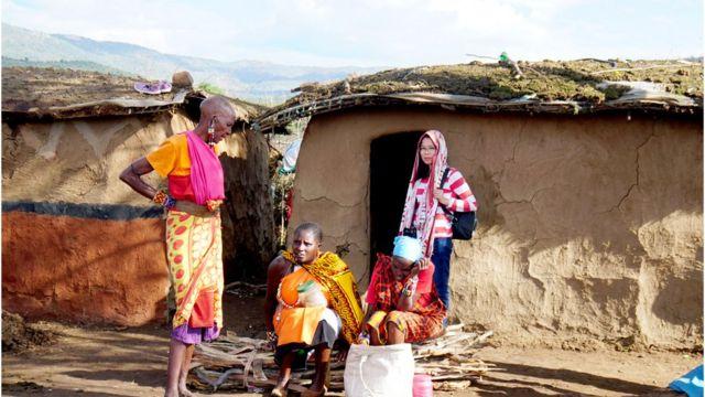 Khách du lịch Việt tới thăm làng truyền thống của người Maasai ở Kenya
