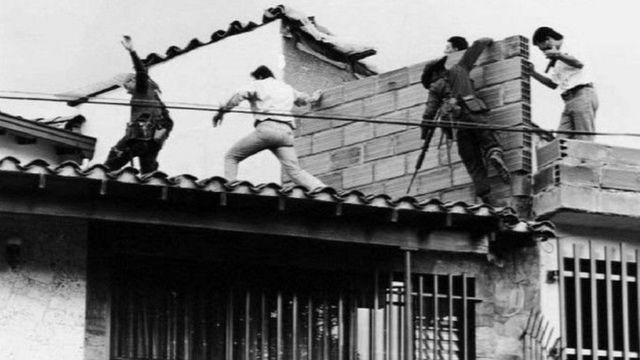 Policias em operação de busca por Escobar após fuga
