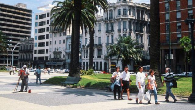 Pesssoas caminham em Montevidéu