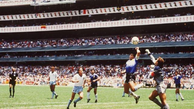 Maradona daje gol na Svetskom prvenstvu u Meksiku 1986.
