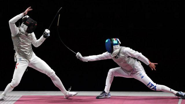 張家朗(左)與尼埃萊·加羅佐(右)在東京奧運男子花劍金牌賽上(26/7/2021)