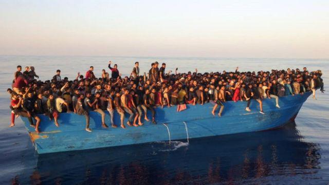 Migrantes en un bote rescatados cerca de Lampedusa