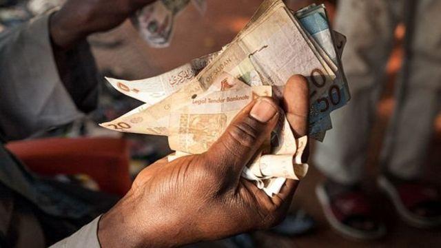 Penduduk sulit mendapatkan uang kontan dari bank.