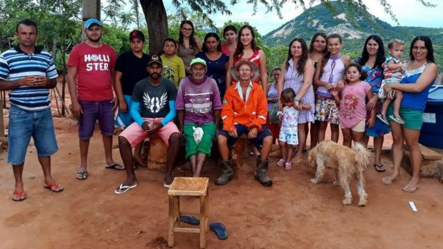 O grupo Humorista da Serraria, sucesso no YouTube, e a comunidade do Sítio da Serraria reunidos para foto; ao centro, Valdo (o Seu Mané) de laranja, e Arnando (de roxo e boné verde).