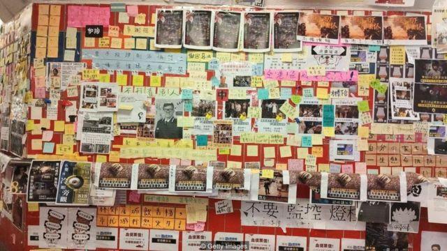 Stasiun kereta api bawah tanah bertransformasi menjadi 'tembok Lennon', dipenuhi oleh pamflet dan stiker yang ditempel oleh pendemo