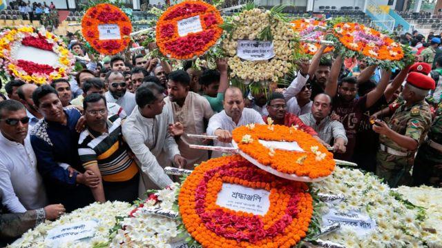 Pobladores de Bangladesh asisten a un homenaje a las víctimas.