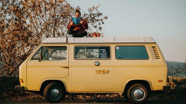 Grant Sabatier arriba de su camioneta