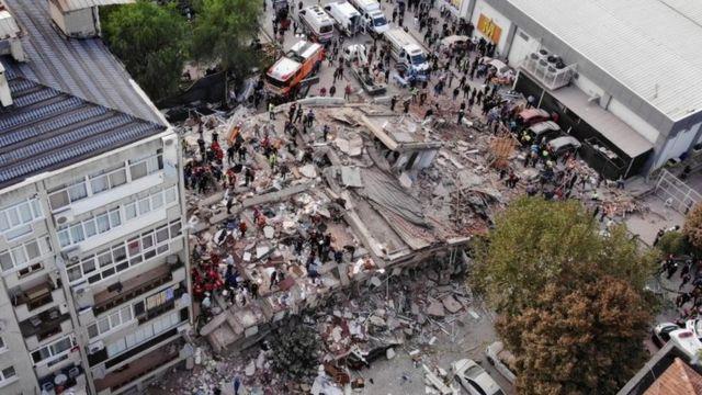 Rescatistas inspeccionan las ruinas de un edificio derribado por el sismo en Esmirna.