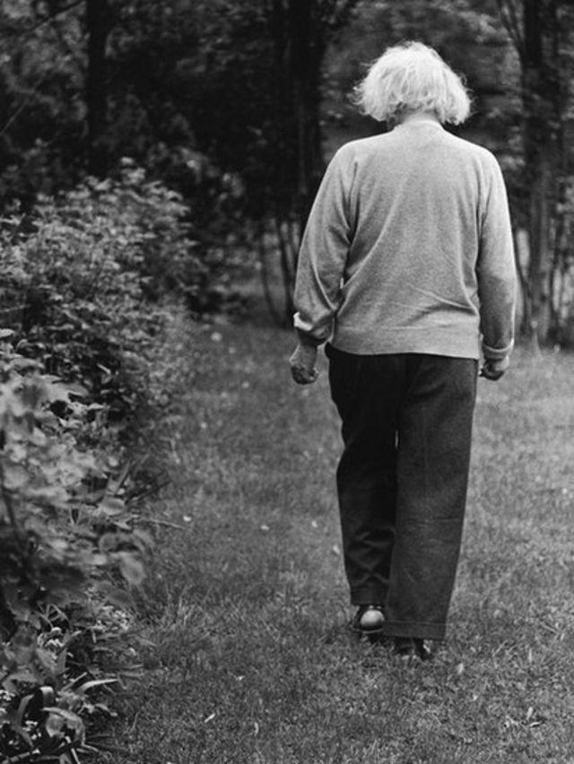 Einstein marchant à reculons.