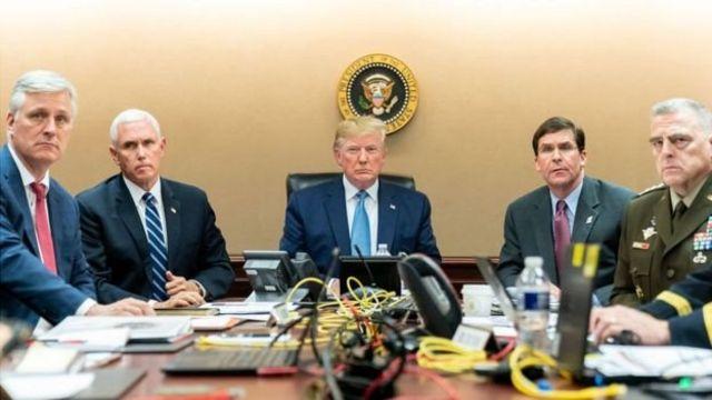 """Дональд Трамп атайын аскер бөлүктөрүнүн операциясына видео байланыш менен байкоо салууда. """"Бул кудум эле киндогудай болду"""" деп айтат ал бир нече сааттан кийин."""
