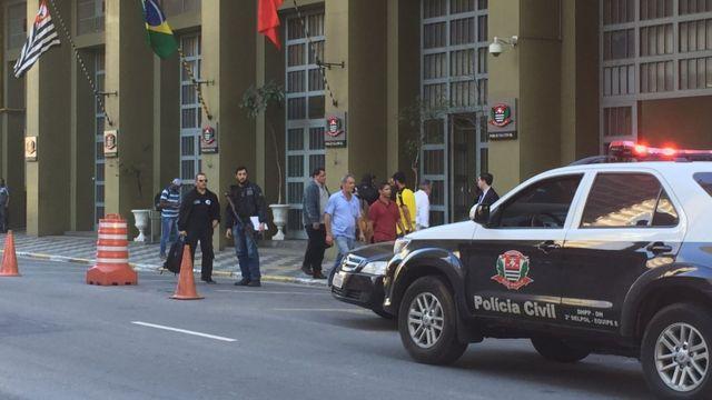 Policiais em frente ao Departamento de Homicídios e de Proteção à Pessoa, em São Paulo