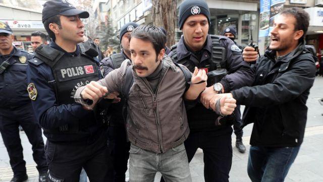 Decenas de miles de turcos han sido arrestados desde el fallido golpe de estado contra Erdogan en julio del año pasado.