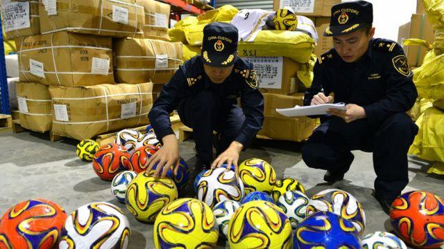 Policías con balones