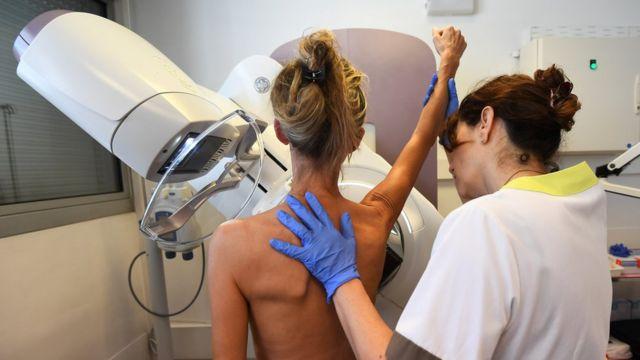 Институт Паоли-Кальмет во Франции. Женщина проходит маммографию. Октябрь 2017 года.