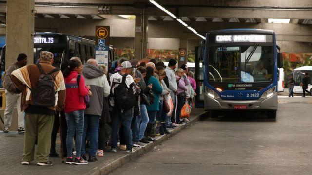 pessoas em terminal de ônibus