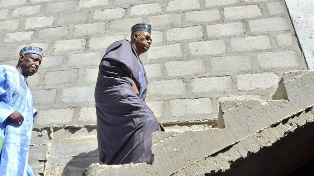 Gwamnan jihar Borno Kashim Shettima yayin da yake duba wani aiki a Jami'ar jihar Borno ranar Laraba