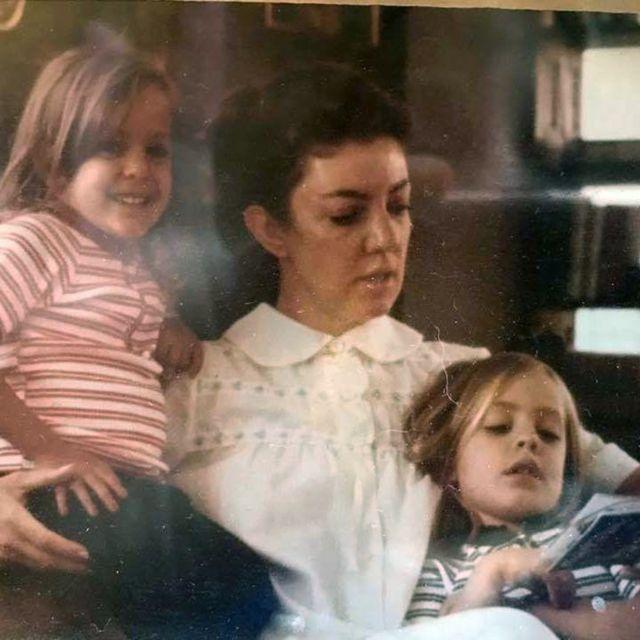 أليجاندرا ريودا (يمين) تقرأ مع والدتها وشقيقتها أثناء الطفولة