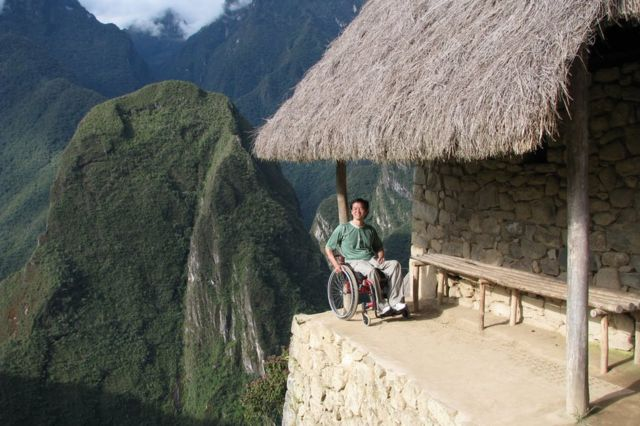 里卡多坐着轮椅到达马丘比丘最高处。