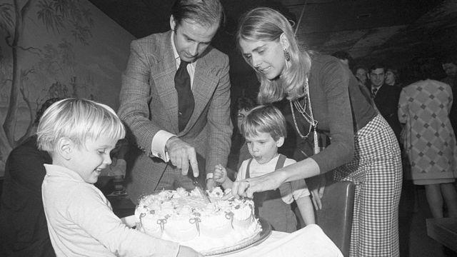 জো বাইডেনের ৩০ বছরের জন্মদিনের পার্টিতে কেক কাটা হচ্ছে- সেখানে স্ত্রী ও দুই শিশুপুত্র