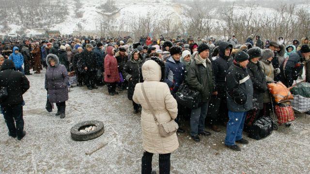 Черга на блокпосту Станиця Луганська