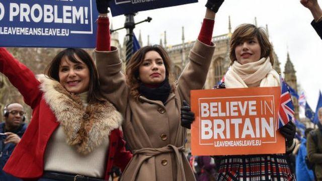 브렉시트 합의안이 하원에서 부결된 15일(현지시간) 브렉시트를 찬성하는 영국 시민들이 '노딜 브렉시트도 문제없다' '영국을 믿는다' 등의 문구가 적힌 플래카드를 들고 시위를 벌였다