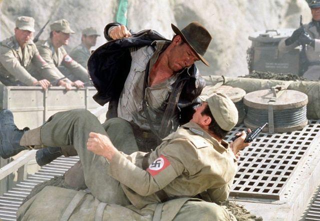 """Индиана Джонс борется с нацистским солдатом на крыше движущегося танка. Кадр из фильма """"Индиана Джонс и последний крестовый поход"""" (1989)"""