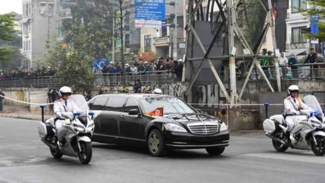 မြောက်ကိုရီးယား အလံတပ်ဆင်ထားတဲ့ မာစီးဒီးကားဟာ အင်္ဂါနေ့ခင်းပိုင်းမှာ ဟနွိုင်းကိုဝင်လာ