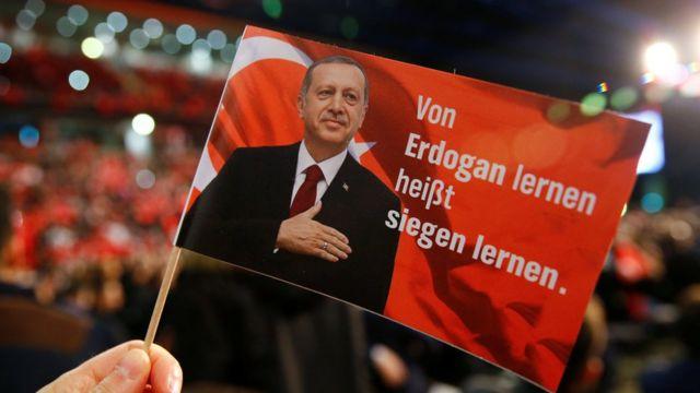圖為德國的艾爾多按支持者打出標語